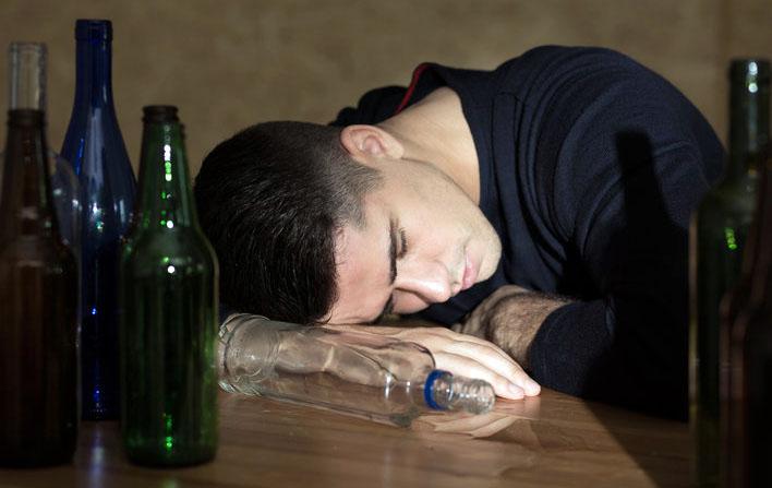Passou mal porque misturou várias bebidas? Mas que desculpa esfarrapada hein!